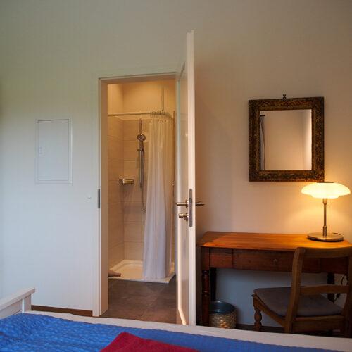 Schlafzimmer 2 mit Blick ins Bad